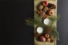 DÉCORATION FAITE MAISON RUSTIQUE AÉRIENNE D'AVÈNEMENT Le Joyeux Noël ornemente le fond image stock