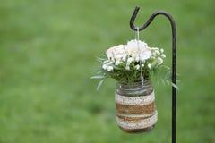 Décoration florale à côté de bas-côté dans une célébration de mariage Images libres de droits