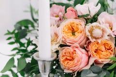 Décoration florale de beau mariage sur une table dans un restaurant Nappes blanches, pièce lumineuse, bougies, tir en gros plan L Photo stock
