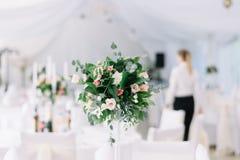 Décoration florale de beau mariage sur une table dans un restaurant Nappes blanches, pièce lumineuse, bougies, tir en gros plan L Images stock