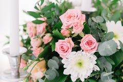 Décoration florale de beau mariage sur une table dans un restaurant Nappes blanches, pièce lumineuse, bougies, tir en gros plan L Photographie stock