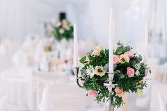 Décoration florale de beau mariage sur une table dans un restaurant Nappes blanches, pièce lumineuse, bougies, tir en gros plan L Image libre de droits