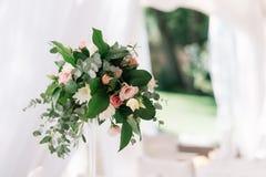 Décoration florale de beau mariage sur une table dans un restaurant Nappes blanches, pièce lumineuse, bougies, tir en gros plan L Image stock