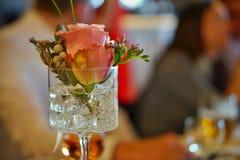 Décoration florale de mariage luxueux avec les fleurs colorées de frais-coupe dans le verre taillé décoré Photo stock