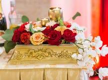 Décoration florale sur la table de fête Images stock