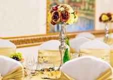 Décoration florale sur la table de fête Photos libres de droits