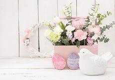 Décoration heureuse de Pâques pour la carte de voeux Oiseau en bois, gingerbr Images libres de droits