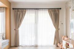 Décoration intérieure de rideau dans le salon Image stock
