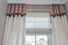 Décoration intérieure de rideau dans le salon photos stock