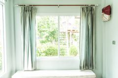 Décoration intérieure de rideau dans le salon Photographie stock