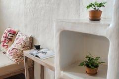 Décoration intérieure de salon, maison de la terre Image stock