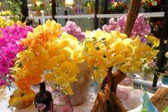 Décoration jaune artificielle de fleur de phalaenopsis Photos libres de droits