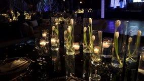Décoration l'épousant de luxe de salle de bal de faible luminosité pour des mariages, réceptions banque de vidéos