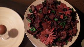 Décoration marron artificielle de fleurs sur la table clips vidéos