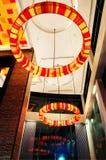 Décoration moderne de lobby dans l'illumination de nuit Images stock