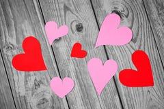 Décoration naturelle d'amour avec les coeurs rouges et roses Images libres de droits