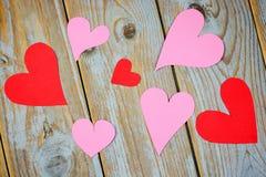 Décoration naturelle d'amour avec les coeurs rouges et roses Photographie stock libre de droits