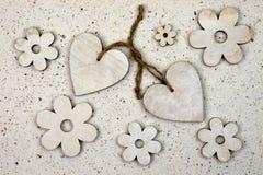Décoration naturelle d'amour avec, papier fabriqué à la main de coeurs en bois Images libres de droits