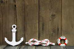 Décoration nautique avec l'ancre et noeud sur le bois. Photos libres de droits