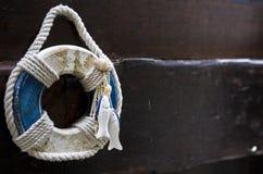 Décoration nautique sur la porte en bois d'une maison dans le village Photographie stock