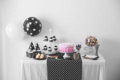 Décoration noire et blanche de fête d'anniversaire image libre de droits