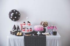 Décoration noire et blanche de fête d'anniversaire image stock