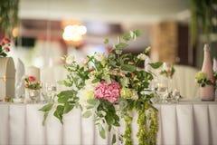 Décoration originale des fleurs pour épouser la table Photographie stock libre de droits
