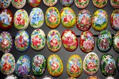Décoration peinte à la main d'oeufs de pâques de diverses couleurs comme Buda image libre de droits
