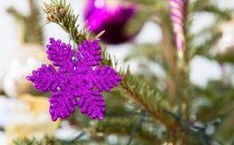Décoration pourpre d'arbre de Noël dans le shap d'étoile Photos libres de droits