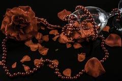 Décoration romantique avec les pétales de rose et le collier de perle photos stock