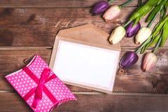Décoration romantique et rose de jour du ` s de Valentine avec la carte de présent et d'amour de DIY Carte du jour de mère Est le Photographie stock libre de droits