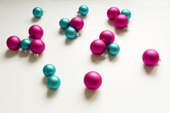 Décoration rose bleue de Noël d'ampoules de Noël Photographie stock libre de droits