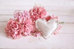 Décoration rose de fleur avec un coeur Images stock