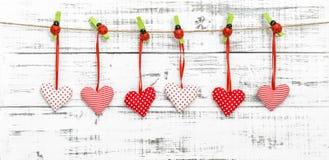 Décoration rouge accrochante de coccinelle de coeurs de valentines Photos libres de droits