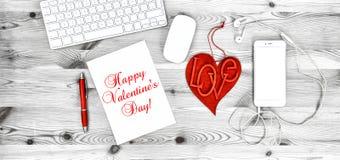 Décoration rouge de jour de valentines de téléphone de coeur de lieu de travail de bureau Photographie stock