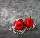 Décoration rouge de Noël sur l'argent image stock