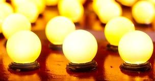 Décoration rougeoyante chaude légère sur en bois la nuit photo libre de droits