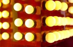 Décoration rougeoyante chaude légère sur en bois la nuit images stock