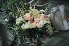 Décoration rustique de mariage Un bouquet de différentes fleurs sur la table décorée pour deux Images stock