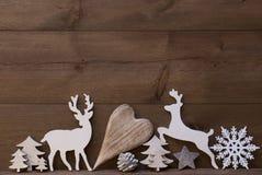 Décoration rustique de Noël, coeur, flocon de neige, arbre, renne Image stock