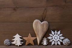 Décoration rustique de Noël, coeur, flocon de neige, cône du feu, arbre Photo stock