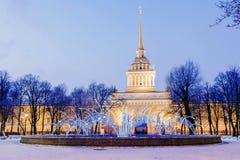 Décoration St Petersburg de Noël Nuit vi de bâtiment d'Amirauté Photos libres de droits