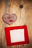 Décoration sur le fond en bois avec le coeur de tissu et la carte vierge Photo libre de droits