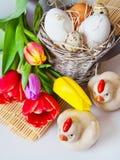 Décoration traditionnelle de Tchèque Pâques - oeufs blancs avec la tulipe Image stock