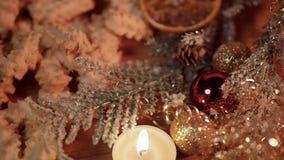 Décoration typique de Noël avec des biscuits et des bougies clips vidéos