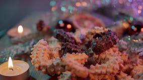 Décoration typique de Noël avec des biscuits et des bougies banque de vidéos