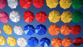 Décoration urbaine de rue de parapluies colorés Image libre de droits