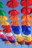 Décoration urbaine de rue de parapluies colorés Photo libre de droits