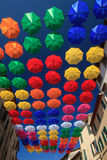 Décoration urbaine de rue de parapluies colorés Photographie stock libre de droits