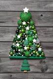 Décoration verte de Noël avec du bois : arbre des boules sur le dos de gris Image stock